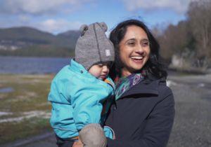 Ami Ahalpara holder sitt barn på armen