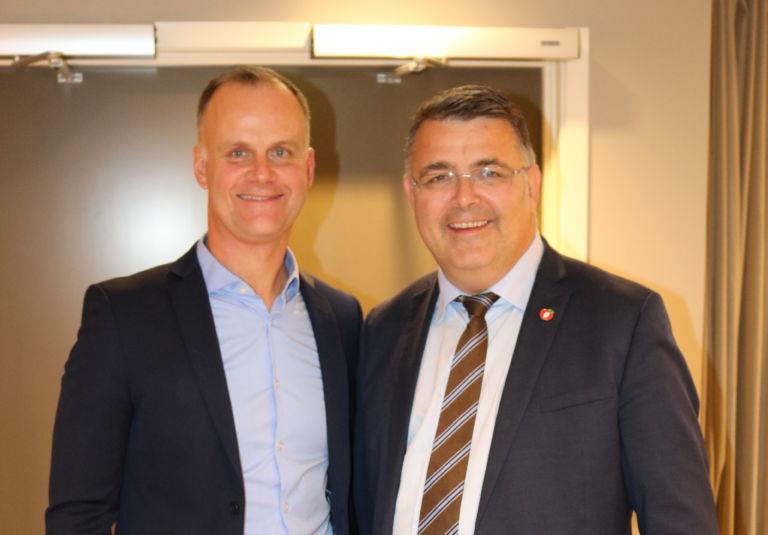 Geir Jåthun Hindenes og OED minister Kjell-Børge Freiberg