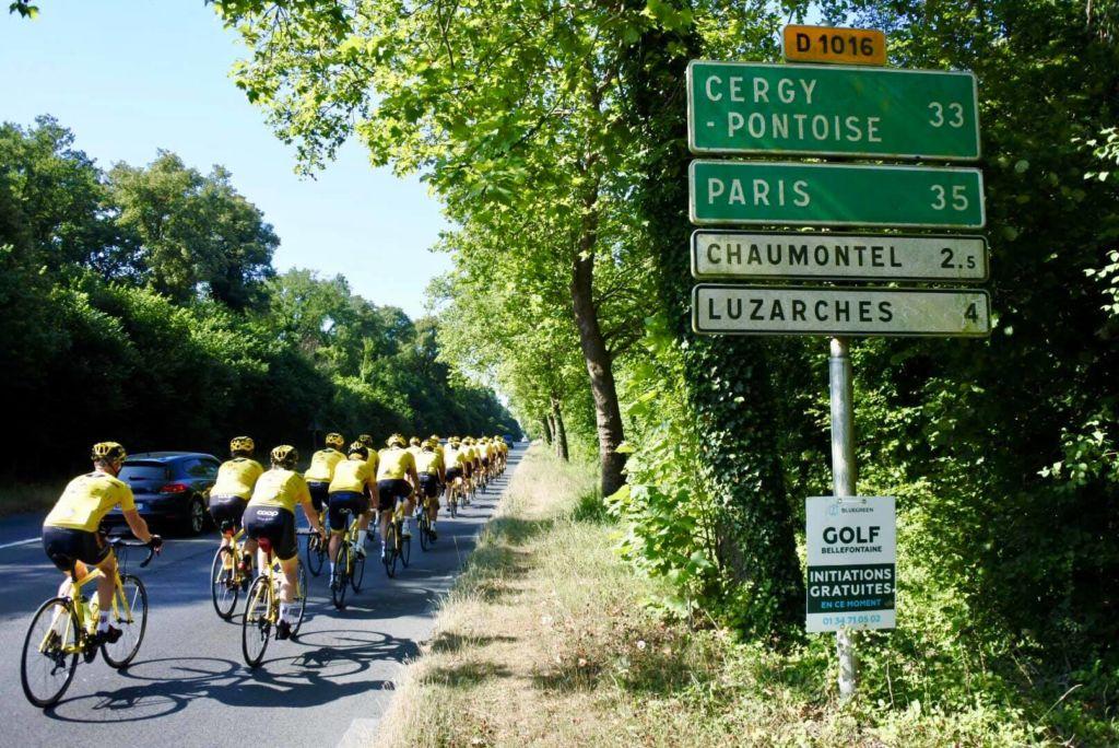 Sykkellaget Team Rynkeby i sine gule drakter på vei til Paris